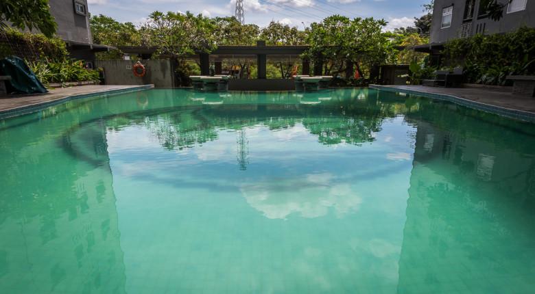 kolam renang apartemen green pramuka city