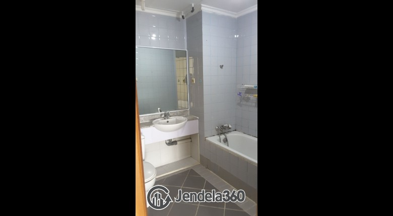 Bathroom Apartemen Red Top Apartment