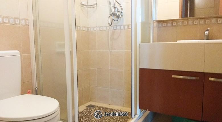 Bathroom Apartemen Hamptons Park Apartment