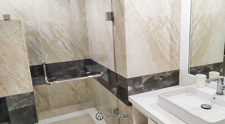 bathroom Menteng Executive Apartment