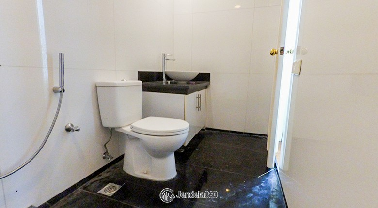 Bathroom Apartemen Essence Darmawangsa Apartment