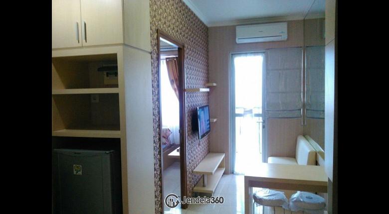 Living Room Apartemen Maple Park Apartment