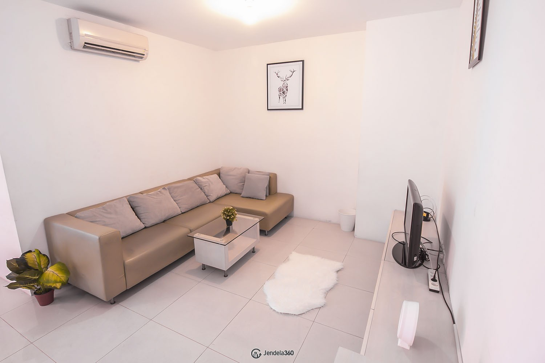 living room Apartemen Cosmo Mansion - Thamrin City